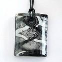 Halskæde med firkantet sort glasvedhæng