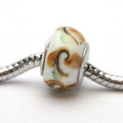 Hvid glas charm med brunt og grønt mønster